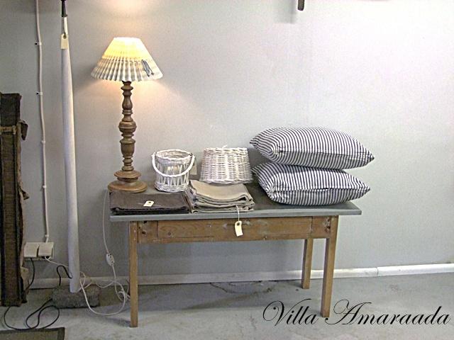 Villa Amaraada Antiikki & vanhat huonekalut  pieni pöytä laatikolla