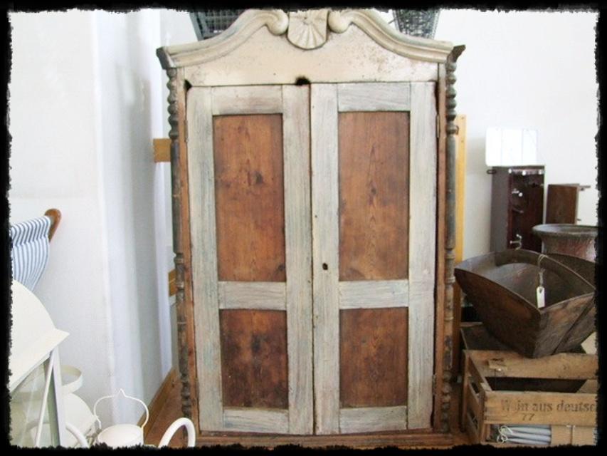 Villa Amaraada Antiikki & vanhat huonekalut  vanha isännän kaappi